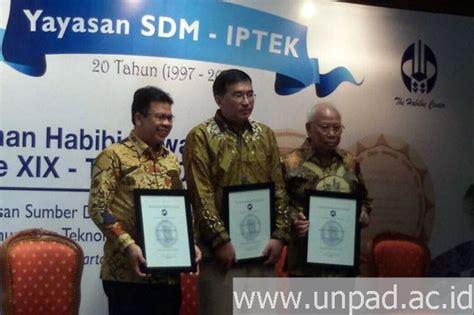 biography bj habibie bahasa sunda prof bagir manan terima anugerah habibie award