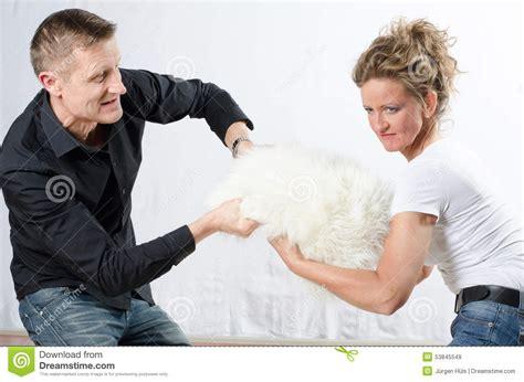 sta foto cuscino la coppia sta combattendo per il cuscino fotografia stock