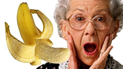 a caso vecchiette che giocano con banane parole a caso su