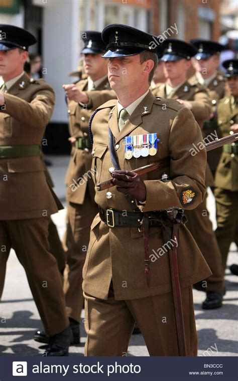 Free Warrant Search Uk Warrant Officer From The Royal Signals Regiment Army Marching Stock Photo