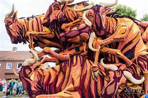 sculture di fiori le sculture floreali di dalie alla pi 249 grande parata di