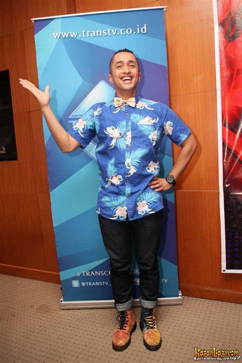 Dask Batik Biru By Dona Dasi tetap maskulin irfan hakim berbalut baju bunga bunga