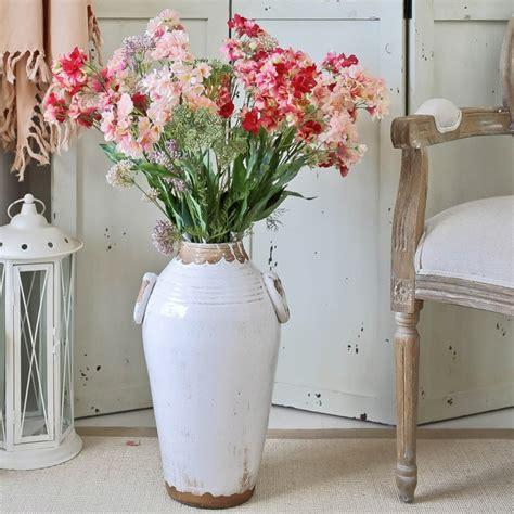 decorar casa con jarrones grandes naturalismo en casa ideas de jarrones grandes