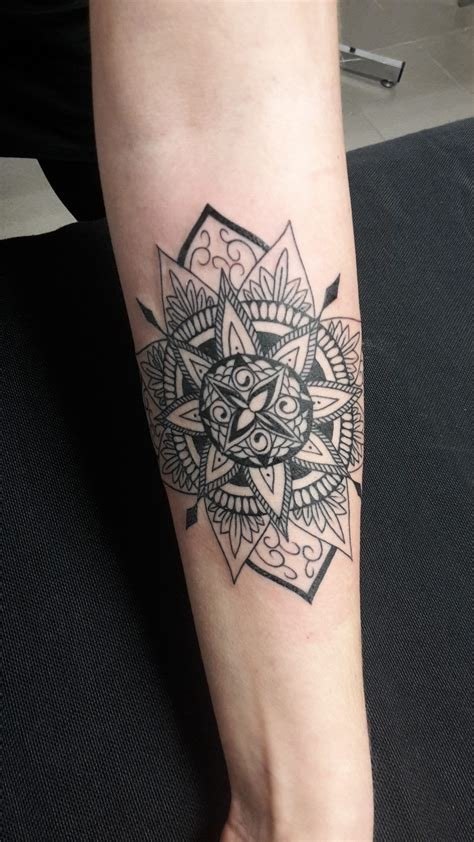 tatouage mandala dot traditionnel arabesque bouille