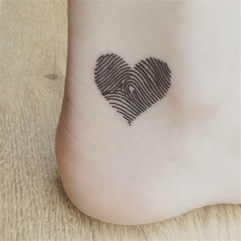 fingerprint heart tattoo heart shaped fingerprint tattoo tatueringsideer