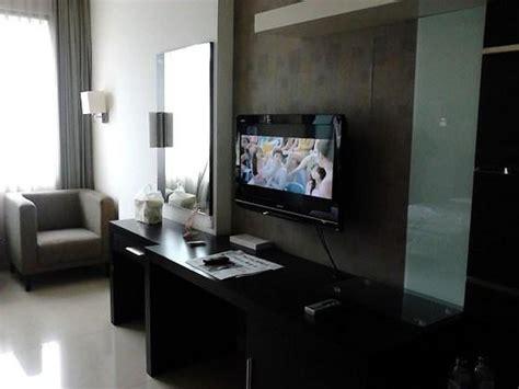 Meja Tv Bandung tv dan meja panjang di dalam kamar foto naval hotel