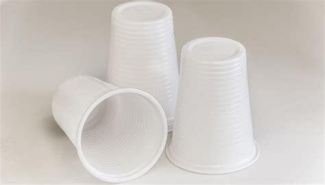 bicchieri di plastica usate il bicchiere di plastica come misurino