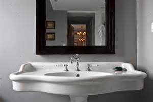 un lavabo 224 l ancienne le charme d une salle de bains 224