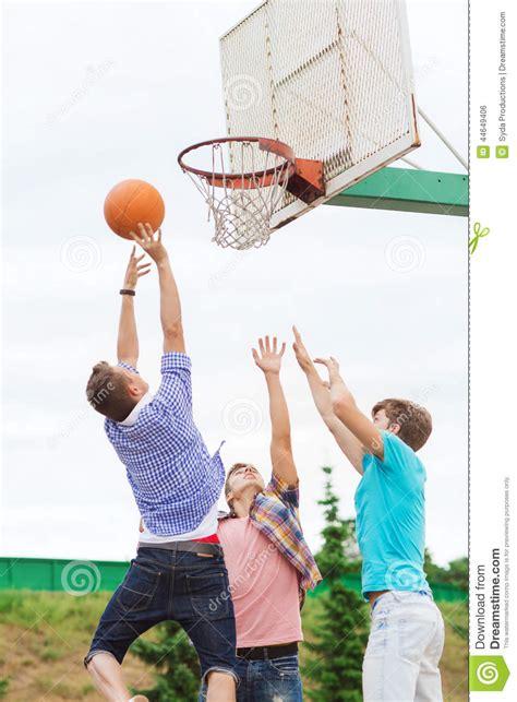 basketball spielen of teenagers basketball stock photo image