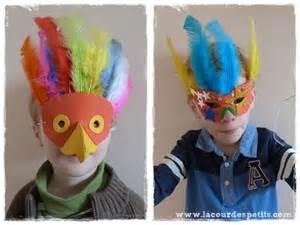 fabriquer un masque de carnaval en papier mousse