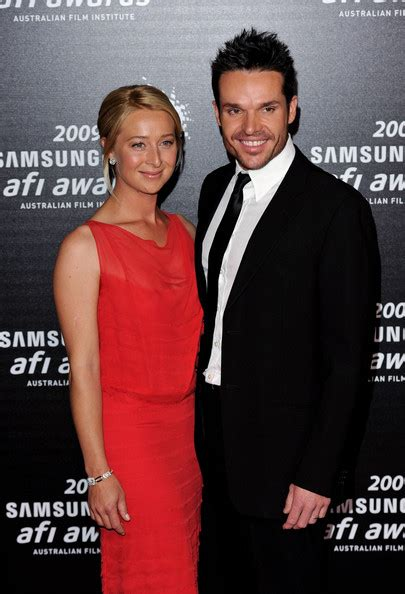 did the actor who played freddie mercury really sing asher keddie the girl who played ita davidleser