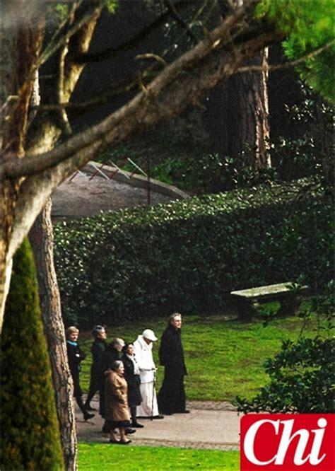 Il Sole Nel Giardino by Joseph Ratzinger Passeggia Con Monsignor Georg Da Papa