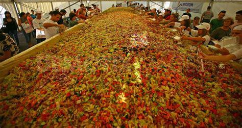 klikunic gokil asyik  makan salad terbesar
