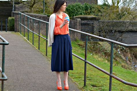 what to wear with a navy skirt retrochicmama