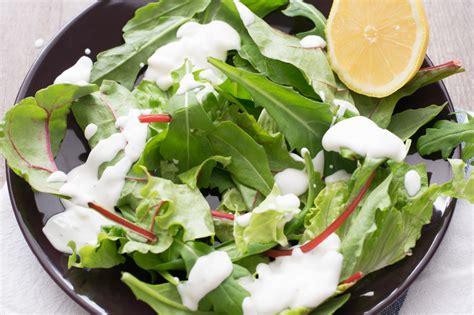 salat anrichten leckeres low carb h 228 hnchen cordon bleu auf salat