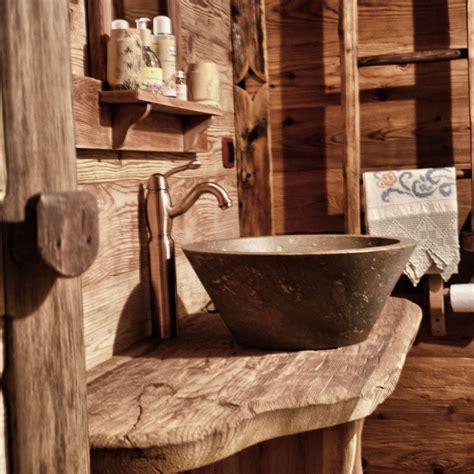 rubinetti rame i bagni con lavello a conca in pietra e rubinetteria in