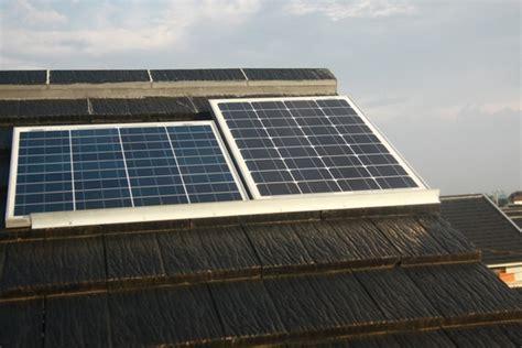 Panel Surya Yang Kecil Memasang Solar Home System Atau Pembangkit Listrik Tenaga
