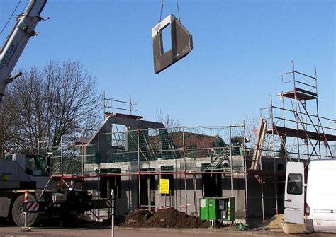 fertigteil massivhaus fertighaus aufbau der ersten etage fertigteile aus bl 228 hton