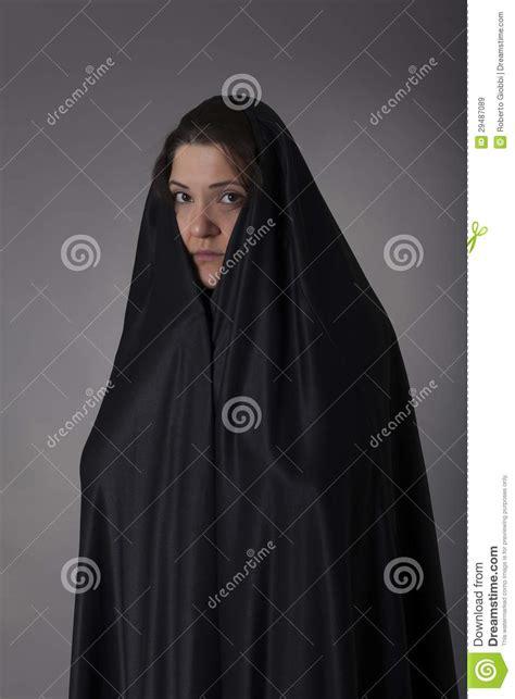 imagenes mujeres arabes con velo mujer cubierta con velo negro imagen de archivo imagen
