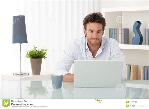 stattlicher mann mit computer zu hause stockbild bild
