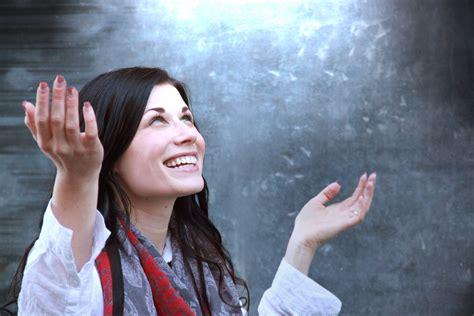 imagenes de mujeres reunidas orando salvation reeves rhetoric