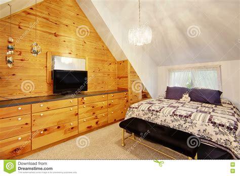 parete rivestita in legno da letto soffitto arcato con la parete