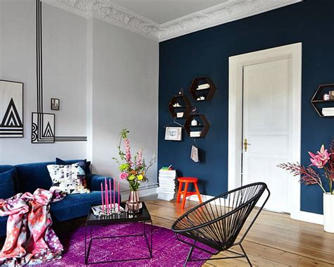 warna cat  bagus  ruang tamu biru dongker putih