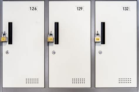 lucchetti per armadietti armadietti bianchi chiusi con lucchetti scaricare foto