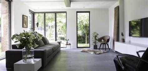 modern interieur met houten vloer binnenkijken natuursteen vloer in modern interieur