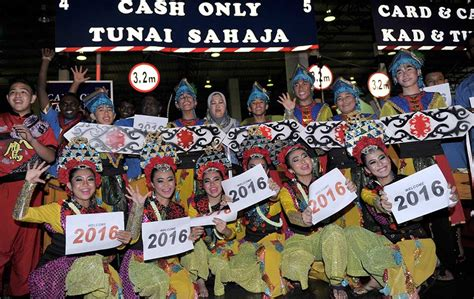 astro malaysia new year dancers react new year celebrations in malaysia foto