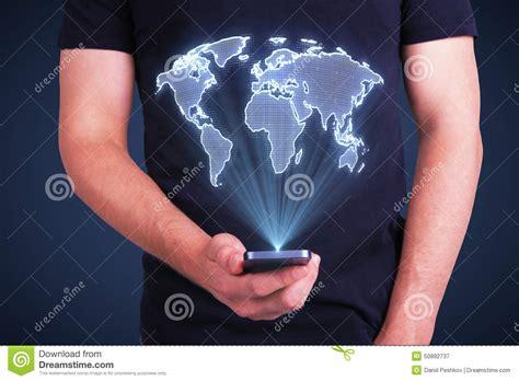 mundo do homem espiritual imagem de stock royalty free telefone celular com mapa do mundo digital foto de stock