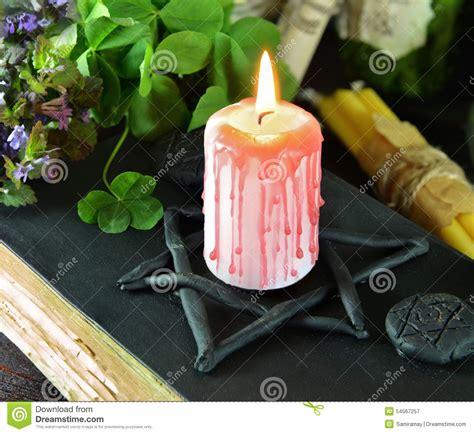 candela nera magia candela sul libro di magia nera con il trifoglio immagine
