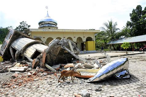 earthquake jakarta post frantic search for survivors after earthquake in