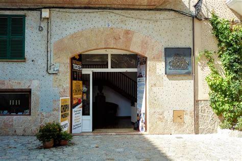 eingang mit säulen bilder museum valldemossa mallorca spanien
