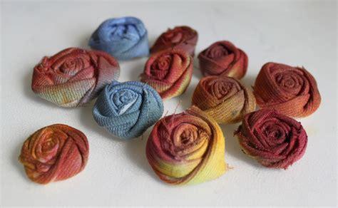 realizzare fiori di tessuto riciclo creativo tutorial fiori tessuto come trasformare