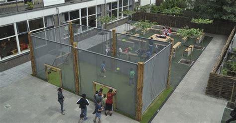 buitenspeelgoed speelplaats voetbal een vriendelijke pannakooi op het schoolplein