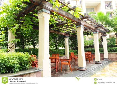 Der Pergola In Einem Garten Stockfoto   Bild von stuhl
