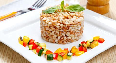 ricette per cucinare il farro farro con zucchine e pomodori essiccati melarossa