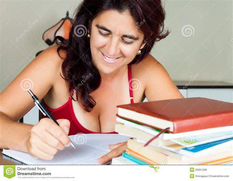 zuhause studieren erwachsene hispanische frau die zu hause studiert