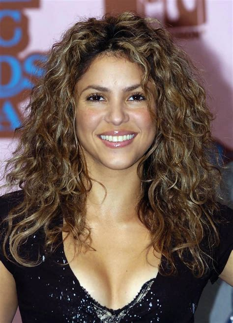 is shakiras hair naturally curly shakira long curls shakira long hairstyles looks