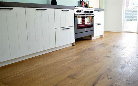 keuken vloer houten vloer in de keuken goed beschermd dutzfloors