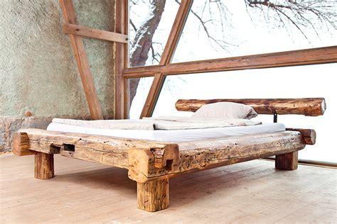 rustikales bett rustikales bett aus handgehauenen dachbalken einer alten