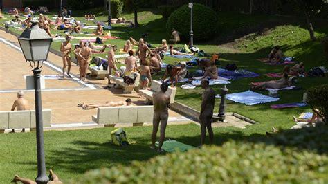 nudismo en casa la piscina de casa de co celebra ma 241 su 171 d 237 adel nudista 187