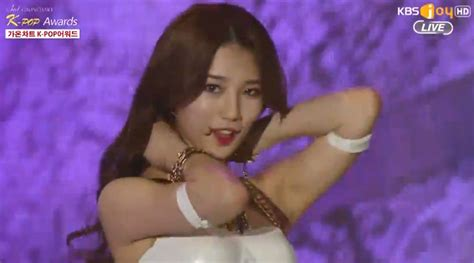 suzy experiences wardrobe malfunction at gaon chart k pop