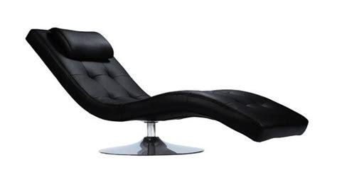 une chaise longue de relaxation au design affirme elevee sur  pied en trompette chrome qui