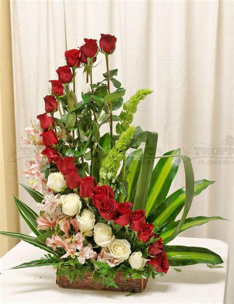 arreglos florales creativos en pinterest arreglos arreglo de rosas en escalera tropica floreria liturgie