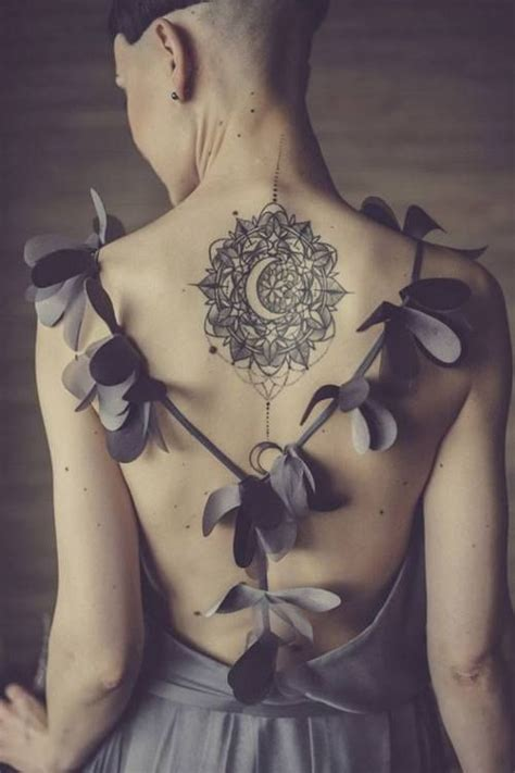 mandala con luna central tatuajes para