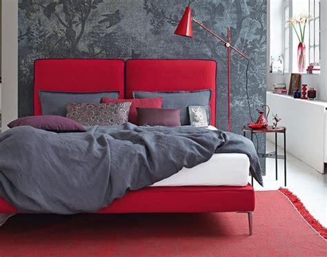 schlafzimmer einrichten rotes bett rott 246 ne einrichten mit rot rosa und koralle