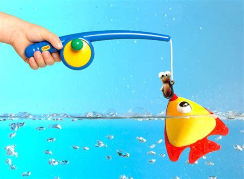 bathtub fishing game amazon com tolo toys funtime fishing bath toy toys games