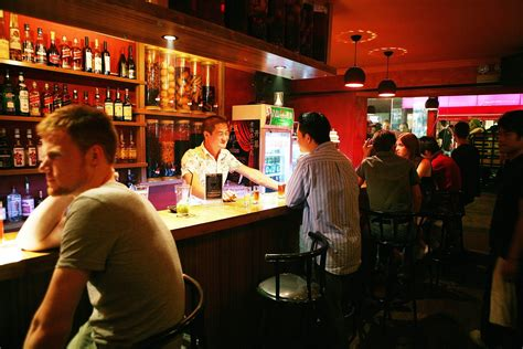 The At The Bar 10 essential bar etiquette to be your bartender s best guest